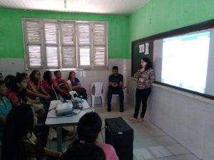 Professora Laura Hévilla em palestra com os alunos